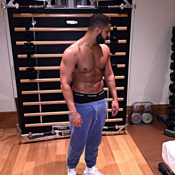 Drake's Shirtless Photo Has Made The Internet Extremely Thirsty